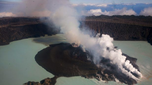 Gunung Manaro Voi pada awal erupsinya pada September 2017.