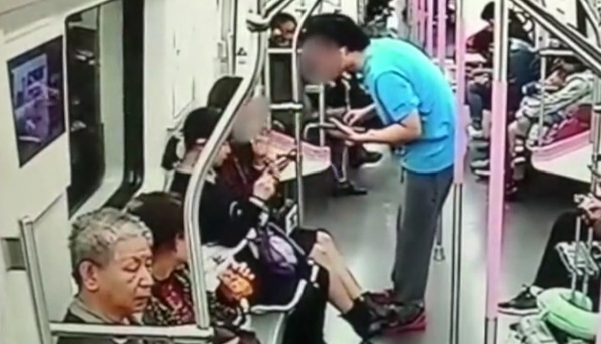 Huang tries to get the woman's WeChat information