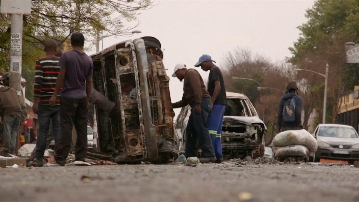 Nigerians flee South Africa 5