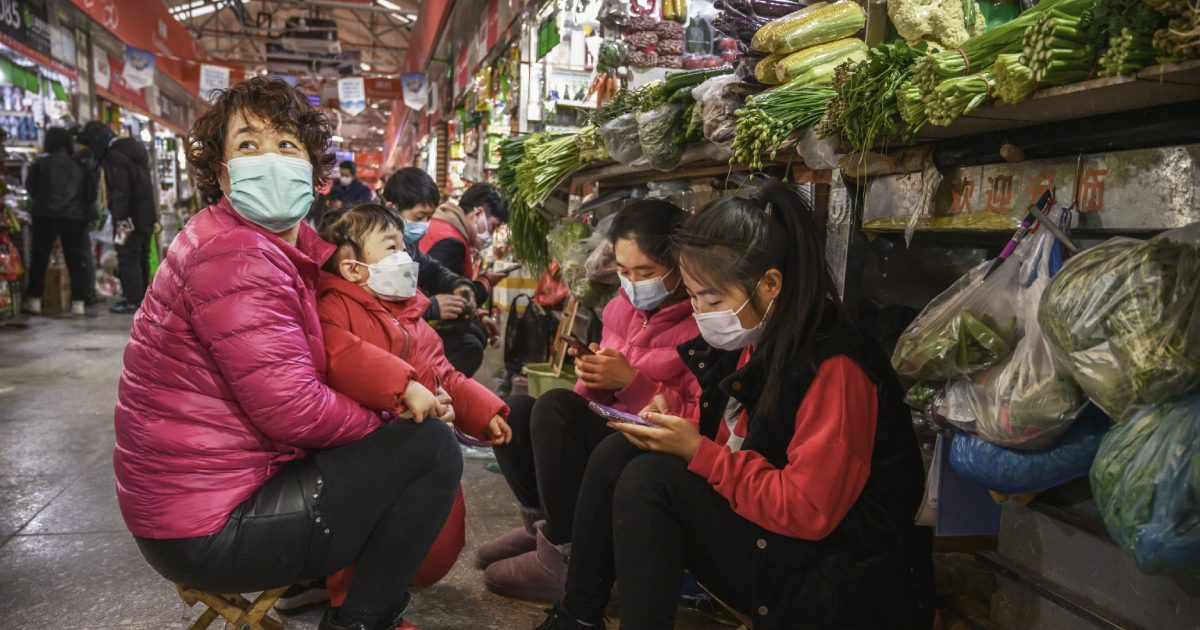 Chinese vegetable vendors wear protective masks