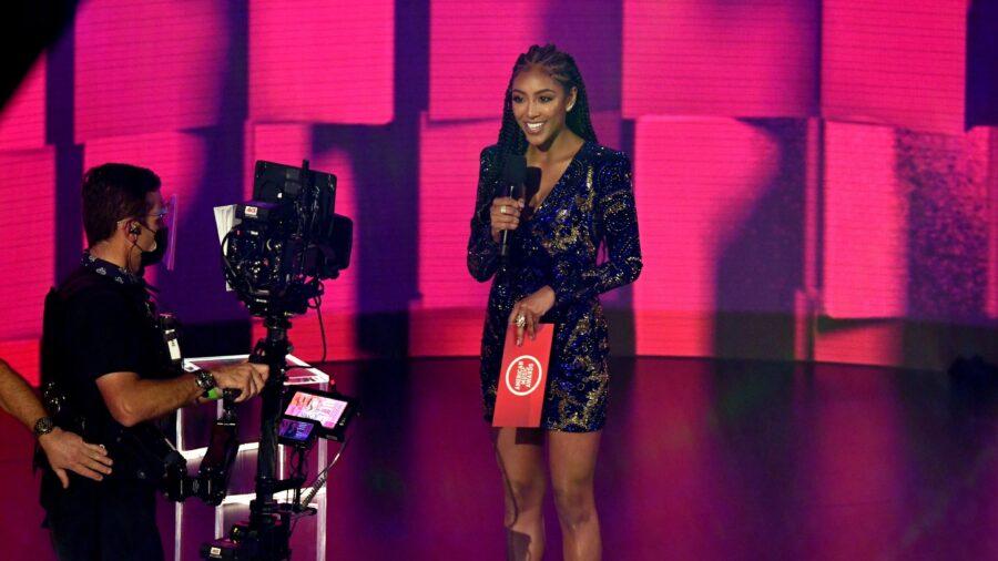 'The Bachelorette' Star Tayshia Adams Gets Engaged on Finale