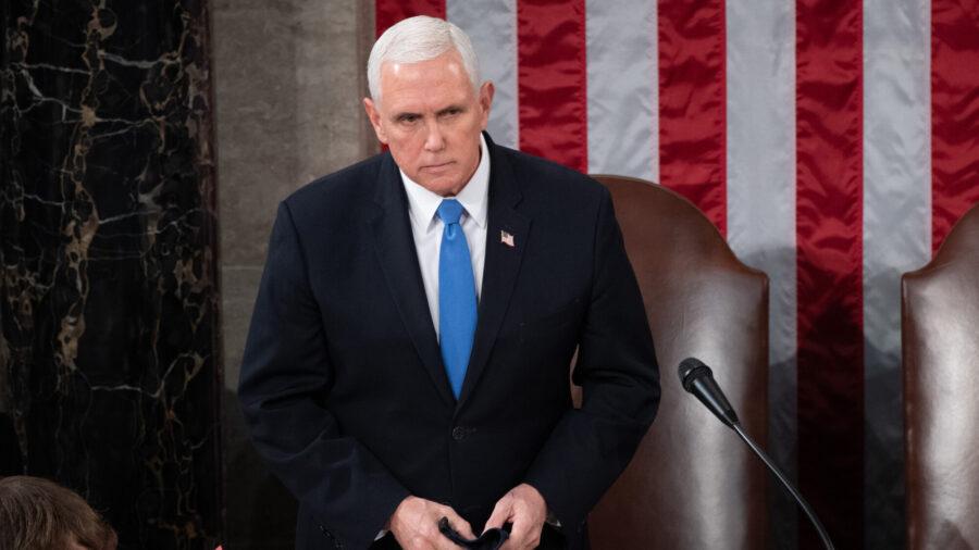Phó Tổng thống Hoa Kỳ Mike Pence chủ trì một phiên họp chung của Quốc hội vào ngày 06 tháng 1 năm 2021 tại Washington, DC. (Saul Loeb - Hình ảnh Pool / Getty)