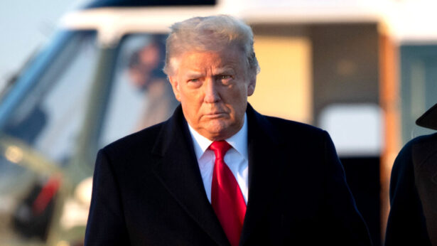 Donald Trump berjalan menuju Air Force One