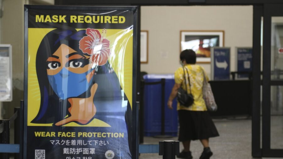 US Keeps in Place Mask Requirement on Planes, Transit