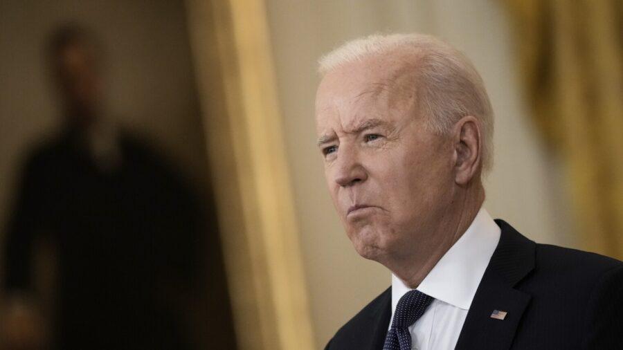 Tổng thống Joe Biden phát biểu tại Phòng Đông của Nhà Trắng ở Washington, vào ngày 10 tháng 5 năm 2021. (Drew Angerer / Getty Images)