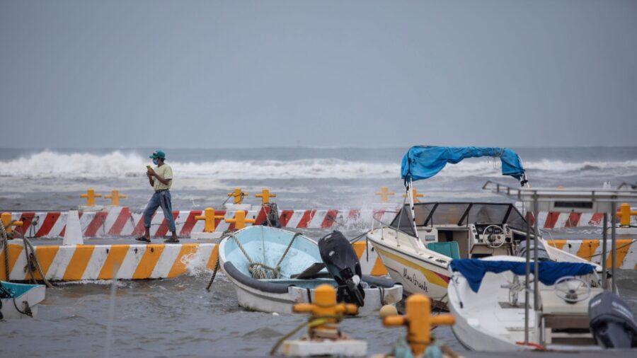 Category 3 Hurricane Grace Crosses Over Mexico's Gulf Coast