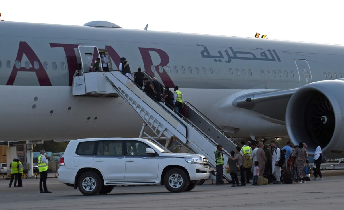 passengers-board-qatar-airline