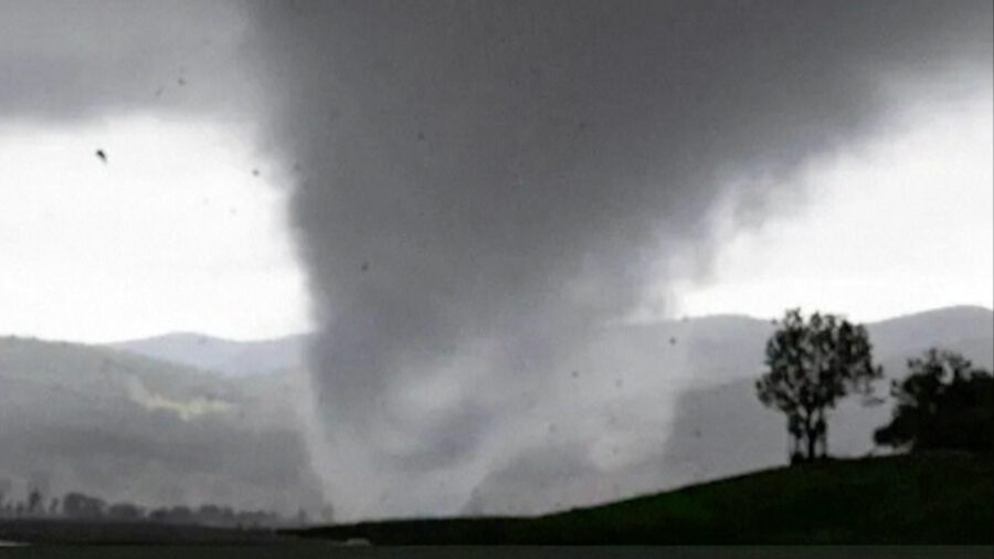 Tornado Lashes Southeast Australia, Leaving Hundreds Without Power
