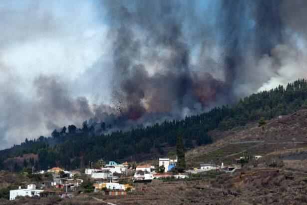 Mount Cumbre Vieja erupts
