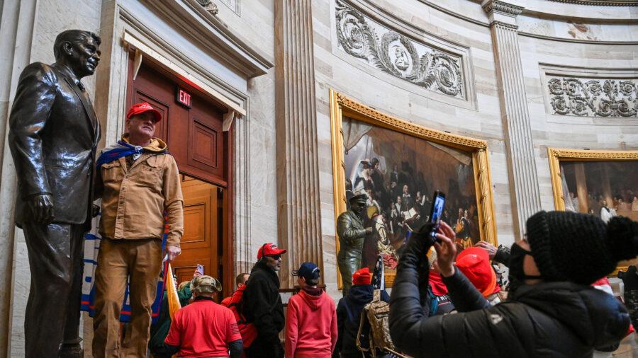 Những người ủng hộ Tổng thống Donald Trump vào Điện Capitol Rotunda của Hoa Kỳ ở Washington vào ngày 6 tháng 1 năm 2021. (Saul Loeb / AFP qua Getty Images)